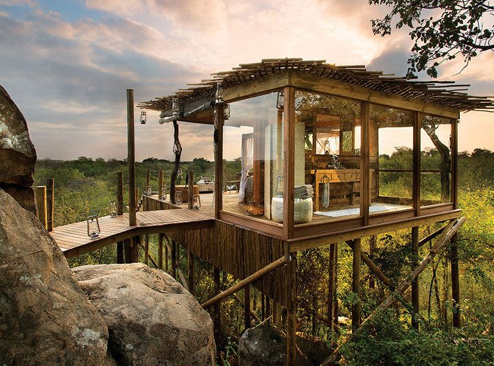 1. Kingston Treehouse, Lion Sands, South Africa 킹스톤 트리하우스, 라이온 샌드스, 남아프리카  럭셔리 트리하우스 안에서 남아프리카의 쏟아지는 별들 아래서 잠을 잘 수 있다.  예약:http://www.lionsands.com/our-treehouses/kingston/  2. Attrap Reves Hotel, Fr