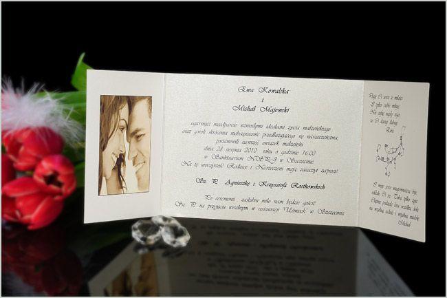 Zaproszenia na ślub z perłowego papieru ze zdjęciem i kokardką.