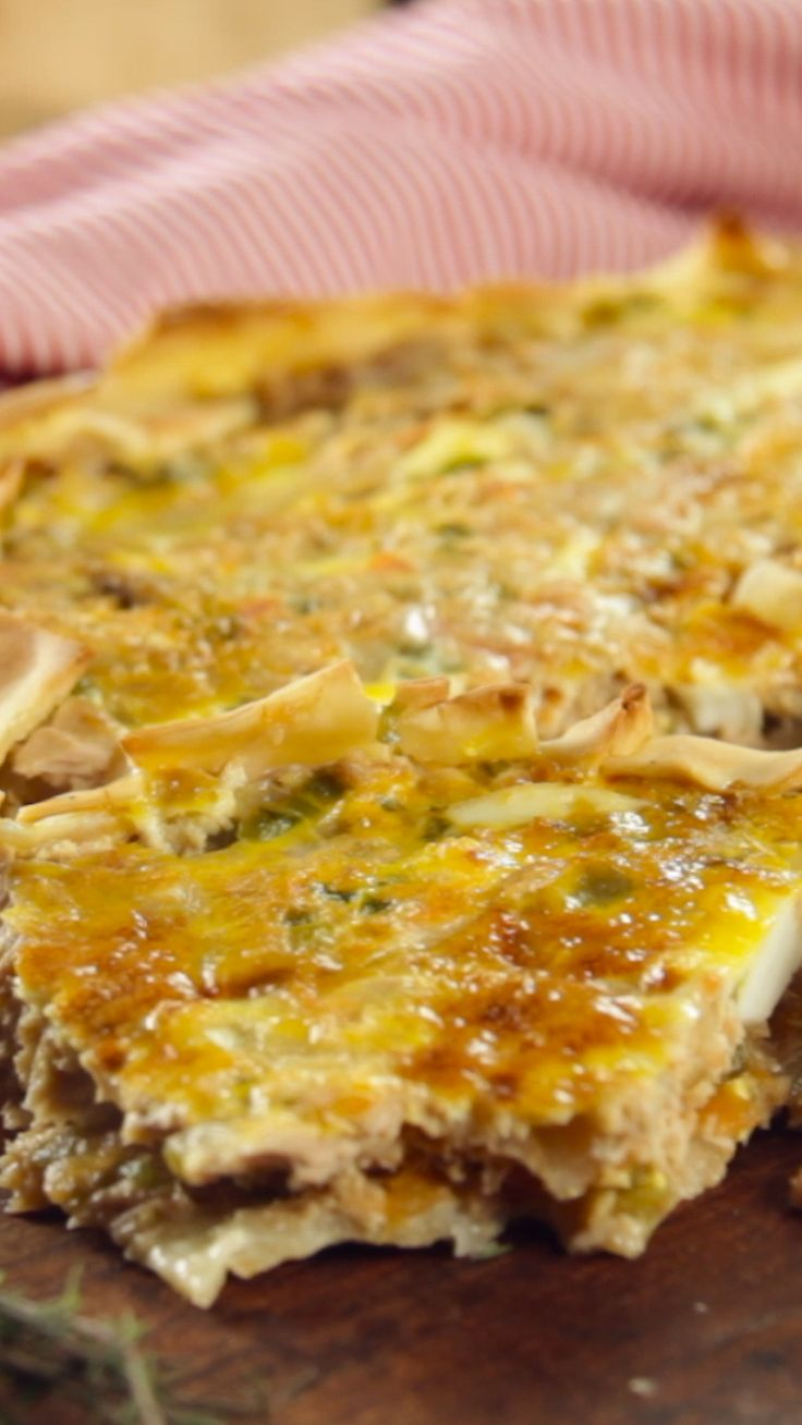 Receta con instrucciones en video: ¡Más tartas! Ingredientes: 50 cc de aceite de oliva, 1 cebolla cortada en cubos, 1 ají verde cortado en cubos, 1 morrón cortado en cubos, 500 gr de tomates picados, Sal a gusto, 200 gr de atún en lata, 1 huevo duro, 1 discos de masa de hojaldre