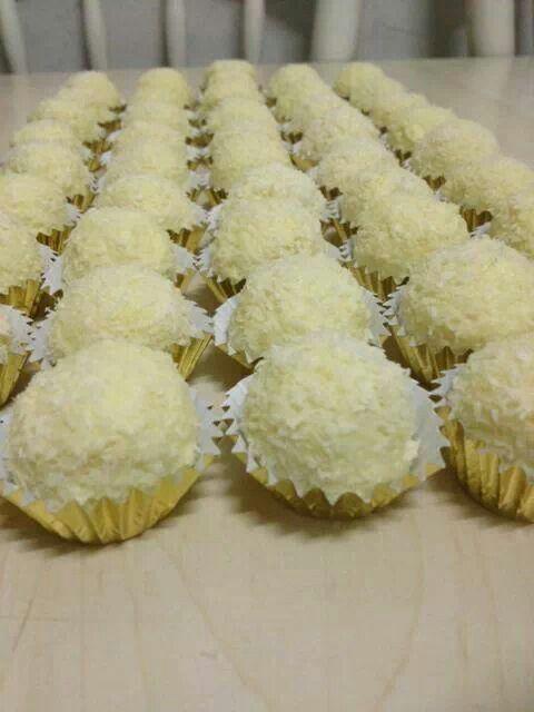 Rafaello bonbons Raffaello Bonbons ongeveer 7 maanden geleden bijgewerkt Ik begin met de LEKKERSTE KOEKJES/Bonbons: Maal een stuk of 15 speculaaskoekjes. Giet er 1 kwart gecondenseerde melk over. Mix dit met je hand en maak super kleine balletjes. Voor de kokosmix: - 200 gram witte chocolade gesmolten - ¾ van een blikje gecondenseerde melk - Kokos Mix dit tot een kokosmix. Het moet niet stevig zijn maar best plakkerig. Laat dit ff een kwartier staan zodat het steviger word. - Plet op je hand…