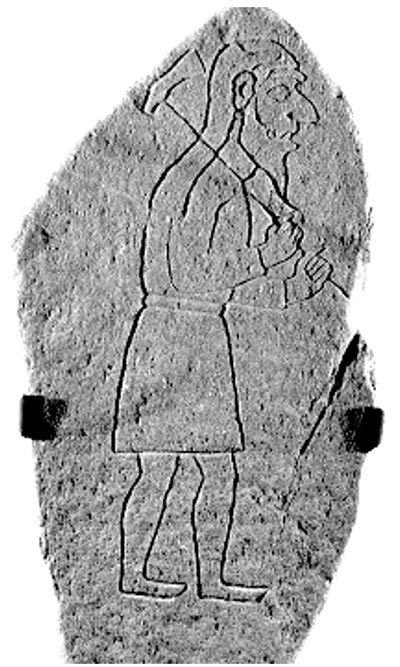 El bloque de piedra de casi dos metros de alto representa a un hombre barbudo vestido con una prenda con mangas. Parece estar caminando con un hacha al hombro. Se cree que el dibujo grabado sobre la piedra data del 700 a. C. Foto: Rhynie Community Facilities Development Charitable Trust