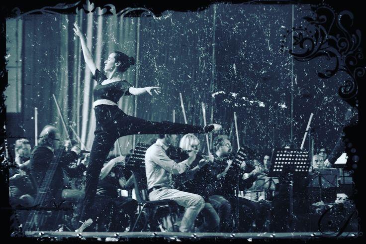 Roberta Di Laura on stage during rehearsal 😍#titanicliveconcert #titanicrequiemliveconcert #robingibb #rjgibb #dancers #beegees