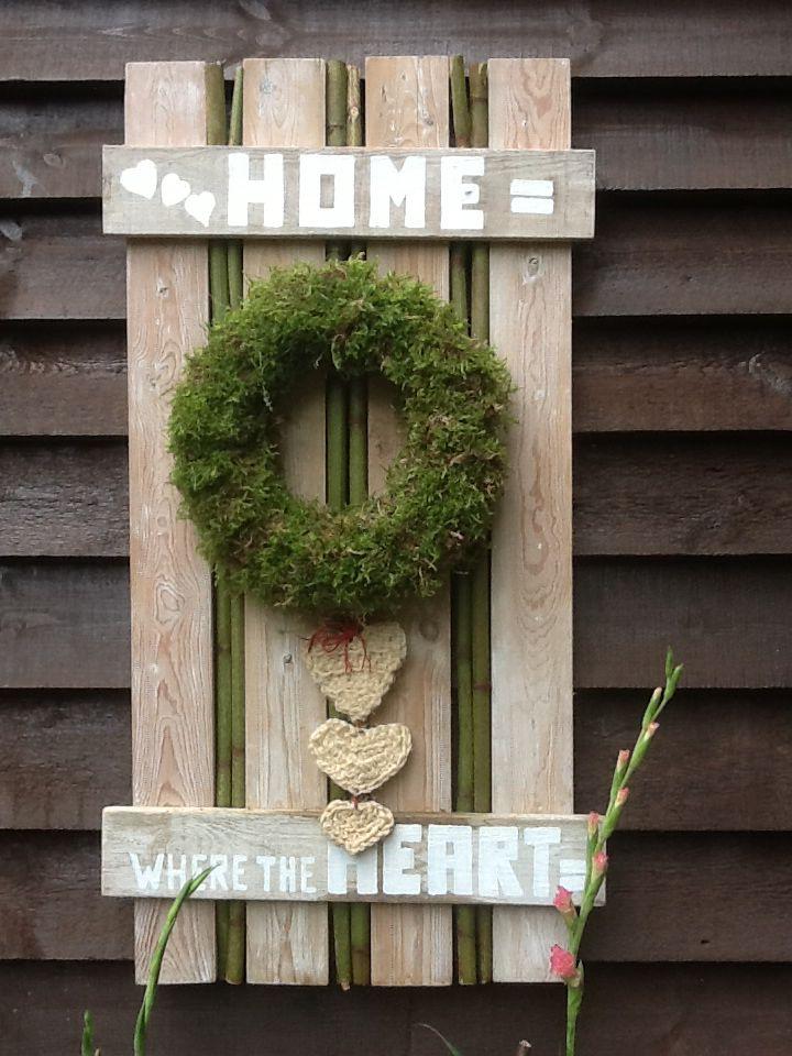 Een cadeautje voor mijn petekind een paar oude planken ,mos uit het bos, hartjes gehaakt van touw en letters er op getekend en dan geverfd