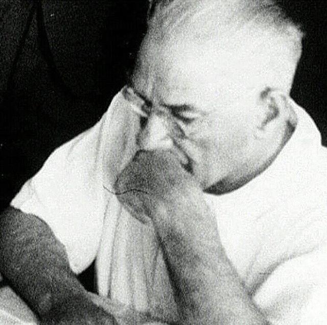 Mustafa Kemal Atatürk (무스타파 케말 아타튀르크) 11 전쟁 24 개 메달, 7 휘장, 13 책, 한 나라와 사람들이 무료로 수백만 터키 생존자의 자존심에 맞게 57 년 생활.  In his 57 years of life, he fought 11 wars, 24 medals, 7 medals, 13 books, 1 country and millions of free people and the proud survivor of the Turks.  57 yıllık yaşamına, 11 savaş,24 madalya,7 nişan,13 kitap,1 ülke ve milyonlarca özgür insan ve Türk'ün kurtulan gururunu sığdırdı.