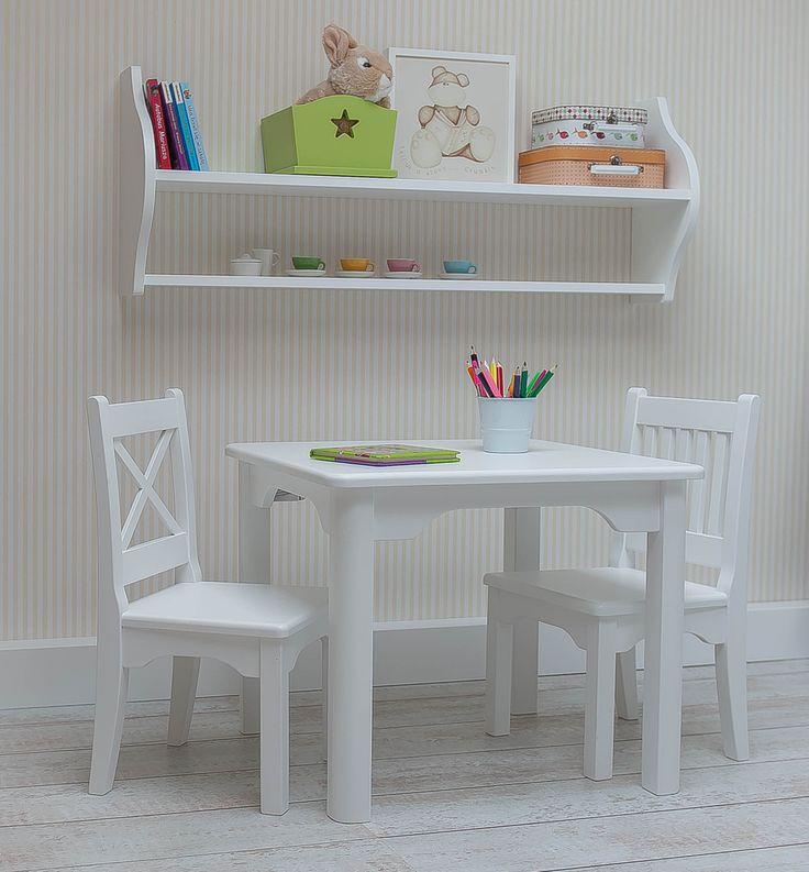 Krzesełko i stolik to często ulubione miejsce zabawy przedszkolaka. Tworząc kreatywny kącik dla naszego szkraba pamiętajmy o wygodnych półkach na podręczne drobiazgi i zabawki. Umieszczone na wysokości rąk dziecka nie ograniczają samodzielności podczas zabawy.