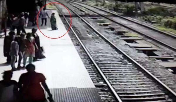 (adsbygoogle = window.adsbygoogle || []).push();   En un video que circula en las redes, grabado por las cámaras de seguridad de la estación de tren Ghatkopar, en Bombay oriental, se observa la misteriosa desaparición de una mujer cuando se avienta a las vías del tren justo cuando...