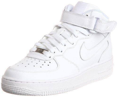 Cette sneaker Nike pour enfant est une chaussure mi-haute en cuir. La chaussure  a une fermeture à lacets avec une bande velcro sur la partie supérieure. L