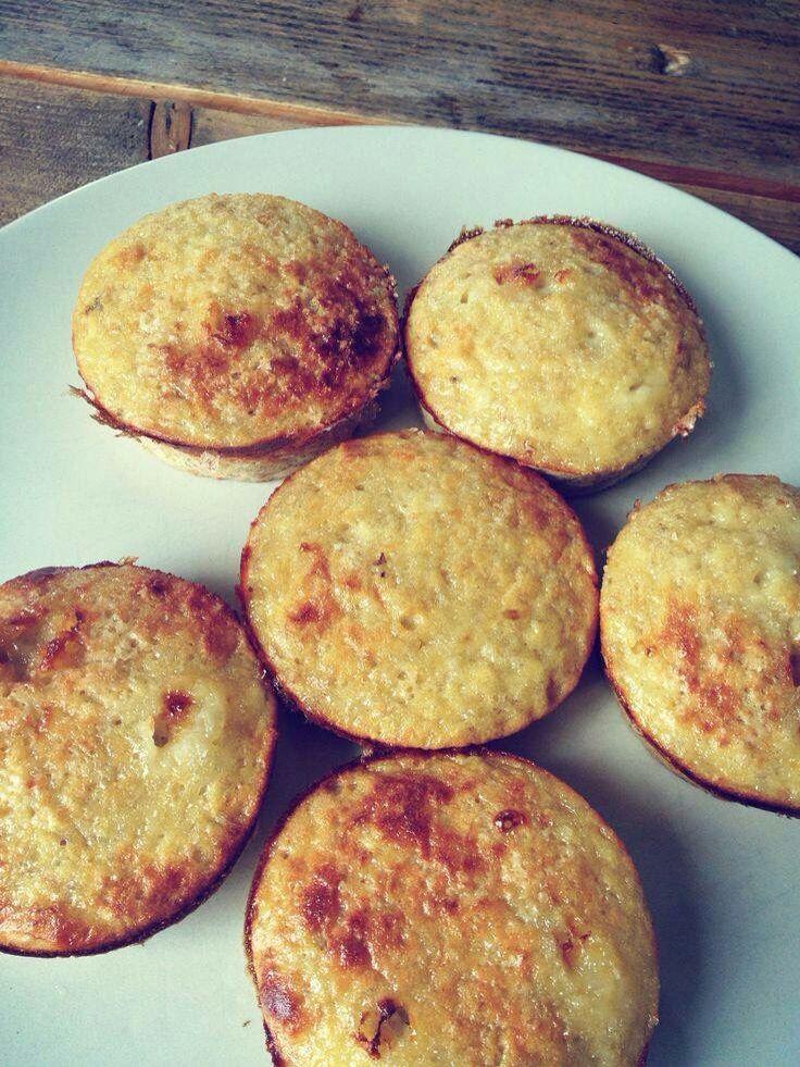 BANAAN - EI MUFFINS Muffins gemaakt van maar 2 ingrediënten: bananen en eieren. That's it! Misschien ken je wel al de pannenkoekjes die je maakt van bananen en eieren, maar die willen nog wel eens mislukken dus dan is dit wat makkelijker, want deze stop je zo in de oven! Je prakt 2 rijpe bananen, roert er 3 eieren doorheen, dan nog even de oven in totdat ze er zo uitzien en dan smullen maar! Ga jij het ook proberen? Ze zijn echt heerlijk en erg voedzaam. Ook ideaal en super gezond voor de…