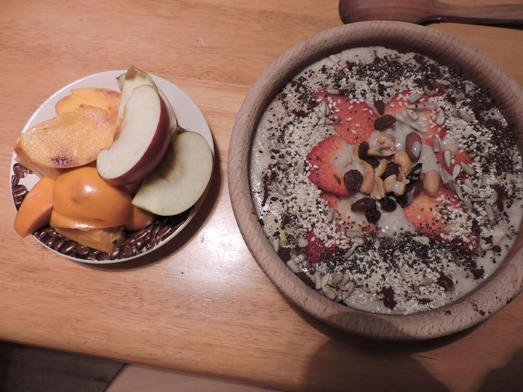 Kaše ovesno jahelno rýžová, otruby, jahoda, půlka jablka, rozinky, ořechy, bio třtinový cukr, skořice, chia, sezam, kakao, slunečnice + jablko a kaki