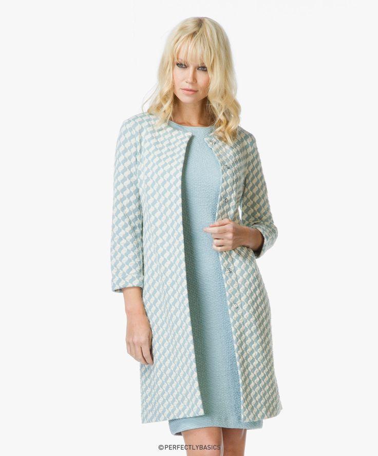 Show je vrouwelijke silhouet in deze gestructureerde jersey jurk van Kyra & Ko met een clean en modern silhouet. Deze ijsblauwe jurk.