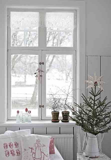 I love Scandinavian or Nordic style because it's rustic and cozy at the same time. Scandinavian style is amazing for Christmas. Scandinavian people know well what a real winter is. Natural wood, fir tree wreaths and rustic lanterns. Add red berries, fabric tree ornaments and stockings. Nature touches look amazing: Scandinavian Christmas design, get inspired!