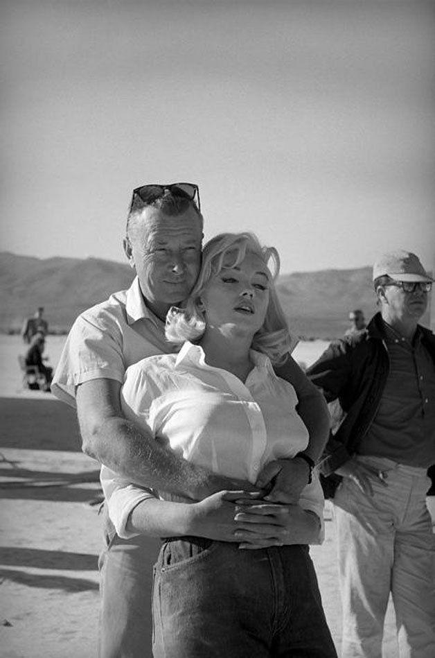 Maquiagem perfeita, vestidos com cortes ousados, a luz certa e uma pose impecável: atributos assim compõem a maioria das fotos que conhecemos da atriz Marilyn Monroe. Estas imagens ajudaram a construir o mito e a tornar suprema a beleza de Marilyn. No entanto, mesmo quando se deixou fotografar em poses descuidadas e em momentos descontraídos, a atriz encanta. Na década de 60, Marilyn foi clicada em diversos momentos pela fotógrafa Eve Arnold, a primeira mulher a ser admitida na famosa…