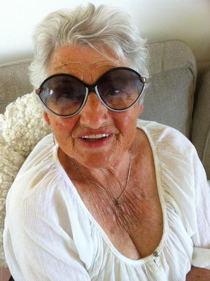 När ingen annan gjorde något klev 86-åriga Luise Hässelborg fram och sa ifrån mot en grupp mobbare. – Jag gräver ofta hemma i rabatterna så jag har mycket muskler, det ska ni veta, säger hon till Aftonbladet. - Jag hoppas att andra människor hittar mod och kraft att inte låta en människa ligga kvar på marken och bli slagen. Jag är 86 år och klarade av det. Man ska inte vara feg, säger hon. Fantastiska Luise. <3