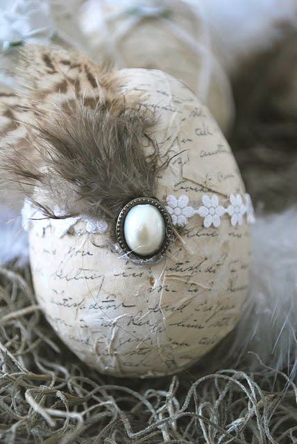 Shabby Chic Easter egg. (I don´t remember where I got the picture from but it´s not mine).