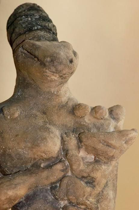 Nammu y el bebé Enki, dioses Anunnaki de Mesopotamia. Similar a otras diosas madres de dioses