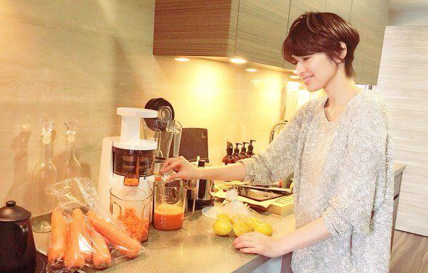 吉瀬美智子 @kagayakurecipe  2分2分前 お子ちゃまと3人のママ来客✨ 今日はハンバーガーランチ お気に入りのコールドプレスト ジュースで乾杯! 作ってる姿をモデルの田中マヤ ちゃんが撮ってくれました〜。