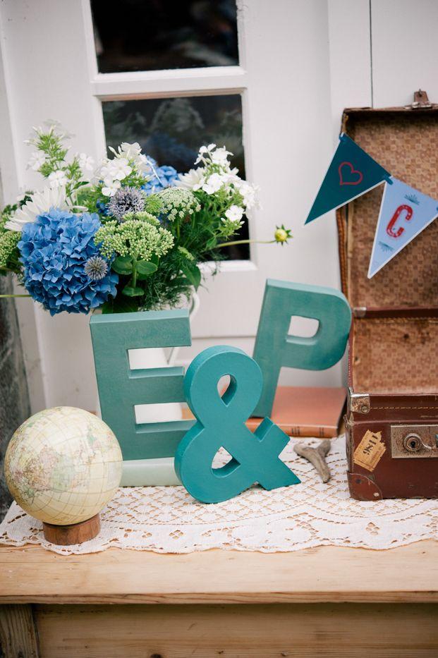 ©Emilie Iggiotti - mariage en bleu au colombier de la baie de Sienne- La mariee aux pieds nus
