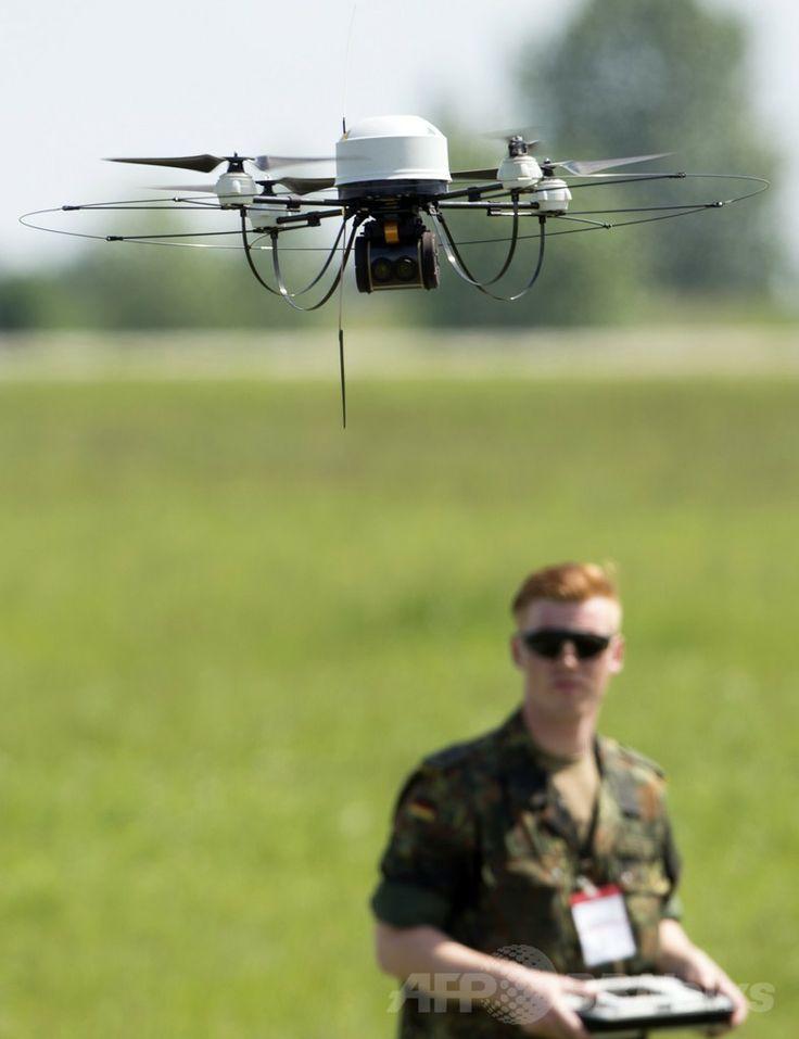 ドイツ・ベルリン(Berlin)で開催のベルリン国際航空宇宙ショー(ILA)で展示された独連邦軍の無人機「Mikado」(2014年5月20日撮影)。(c)AFP/JOHANNES EISELE ▼22May2014AFP 電気飛行機や無人機が登場、ベルリン国際航空宇宙ショー http://www.afpbb.com/articles/-/3015614 #ILA_Berlin_Air_Show #Internationale_Luft_und_Raumfahrtausstellung_Berlin #Exhibicion_Aeroespacial_Internacional #Salon_aeronautique_international_de_Berlin #Mikado
