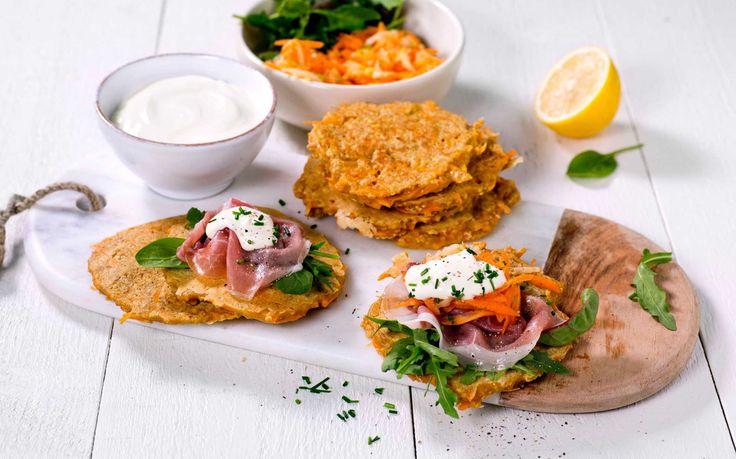 Disse pannekakene er en grovere variant med både gulrot, grovt mel og havregryn. Perfekte til middag eller i matpakken.