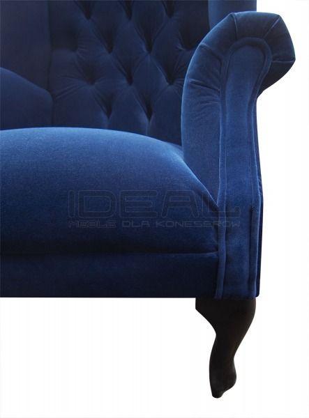 Chesterfield - Fotel Chesterfield Szerlok - Ideal Meble Fotel Chesterfield tapicerowany niebieskim pluszem oddający refleksy świetlne. Komfortowe siedzisko i stylowy kształt mebla pozwolą mu stać się ulubionym miejscem do wypoczynku. Uszy naszego Uszaka tworzą namiastkę azylu od otaczającego nas zgiełku obowiązków.