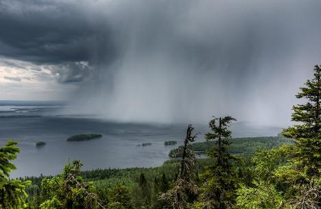Sade iskee Pieliseen Lieksassa.
