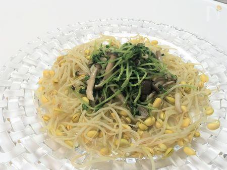 袋のままレンチン出来る大豆もやしと豆苗のサラダです。たんぱく質・βカロテン・食物繊維が取れて副菜にピッタリの1品です。