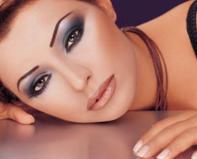 Los ojos se ocultan a la vez que destacan. Un fondo de oscura presencia y un contorno bien delimitado hacen del conjunto una obra de precisión estética y de resultados geniales #ojos #labios #cejas #belleza #estética #pepa #viñas #peluquerías