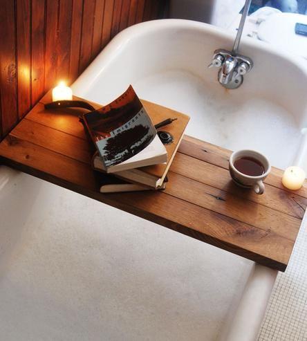 Une planche en bois pour se détendre dans son bain avec un verre ou une tasse, bougie, livres...