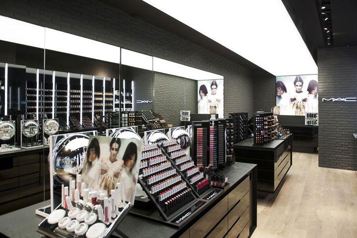 mejor vende cosmeticos!.. ja!  MAC Cosmetics store by Pinkeye Liege