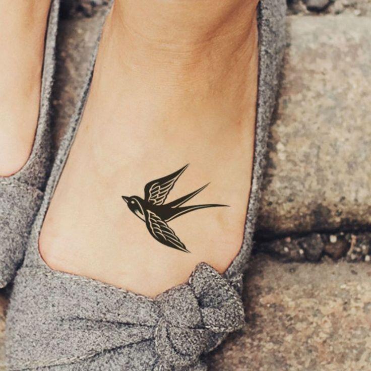 tatouage oiseau hirondelle au pied pour femme et idées de petits tatouages