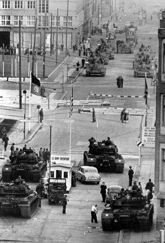 Der Checkpoint Charlie im Wandel der Zeit - Berliner Zeitung