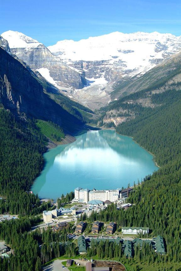 Lake Louise est un hameau en Alberta dans le Parc national de Banff. Il est situé au bord de la Route transcanadienne, à 180 km à l'ouest de Calgary.