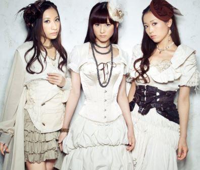 Kalafina(左からHikaru、Keiko、Wakana)_それぞれ担当する音域が異なり、低音担当のKeiko、中音担当のHikaru、高音担当のWakanaとなっている。