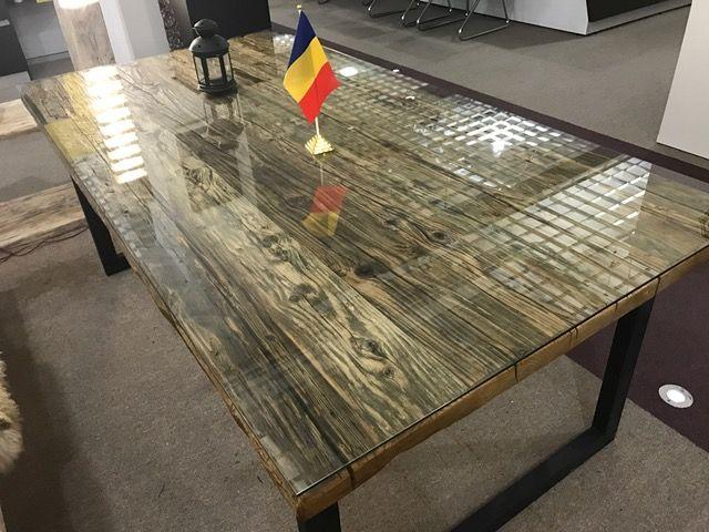 Masa realizata din lemn de pin vechi de peste 100 ani