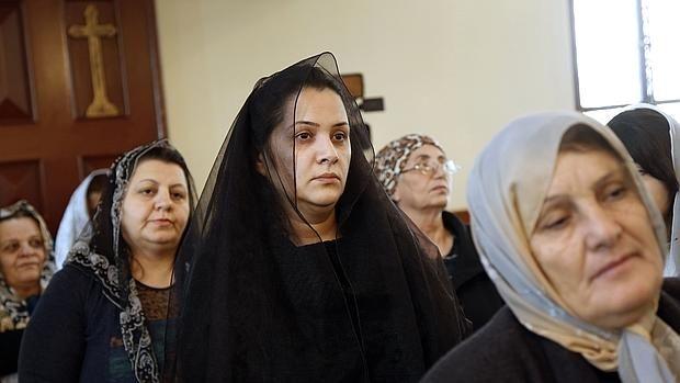 Daesh acepta el pago del rescate de 25 cristianos sirios el día de Navidad Pertenecen al rito asirio, que usa el idioma materno de Jesús, el arameo; antes de la guerra había 200.000 en Siria, y hoy solo quedan unos 20.000 Cristianos asirios en la misa de Navidad en una iglesia de Beirut