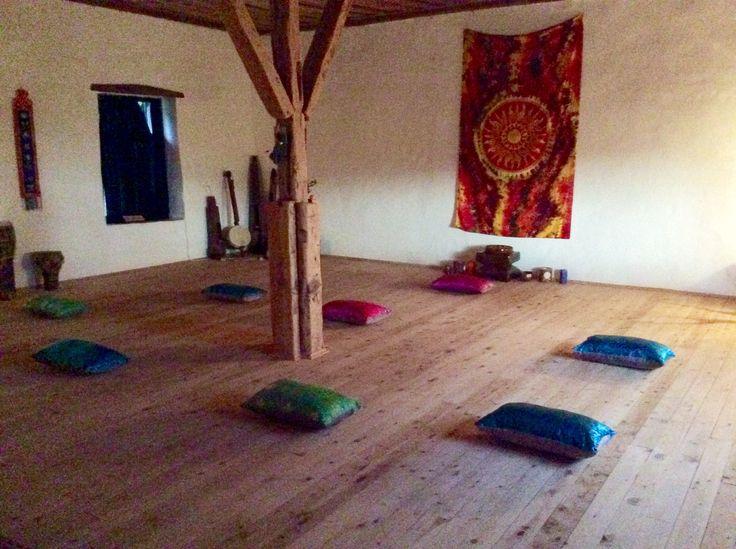 Renk terapisinde Meditasyon önemli bir başlangıçtır. Hatha yoganın bedensel desteği ile,nefes uyumlaması ve renk meditasyonu bütünleşir...