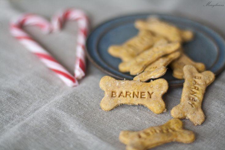 Habt ihr Hunde oder Freunde, die Hunde haben? Dann habe ich das ultimative Weihnachtsgeschenk für euch! Die Hunde werden euch lieben und die Herrchen sicherlich auch. Heute habe ich nämlich Hundeplätzchen gebacken, mit Karottengeschmack. Wer will kann natürlich noch Speck- oder Käsestückchen unterheben, aber ich wollte es erst mal langsam angehen lassen. Großer Zeitaufwand? Nein, …