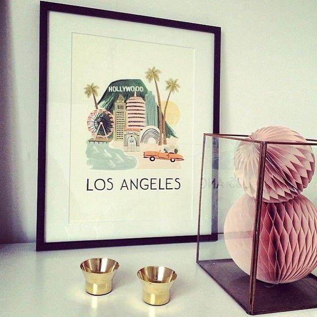 Godmorgon! Vi skickar er lite helginspiration från @michellemoldingeremery Underbar kombination tycker vi! Ljuslykta @skultuna1607 179kr/st. Print Los Angeles från 350kr (exkl ram). Honeycomb från 35kr. Lykta 339kr. #roombutiken #reinsta #inspiration