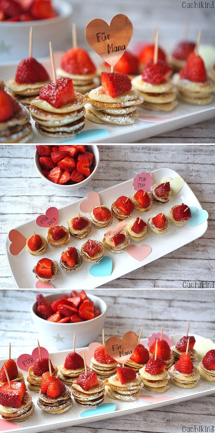 Idee für ein Muttertagsfrühstück - Minipfannkuchen mit Erdbeeren am Spieß.