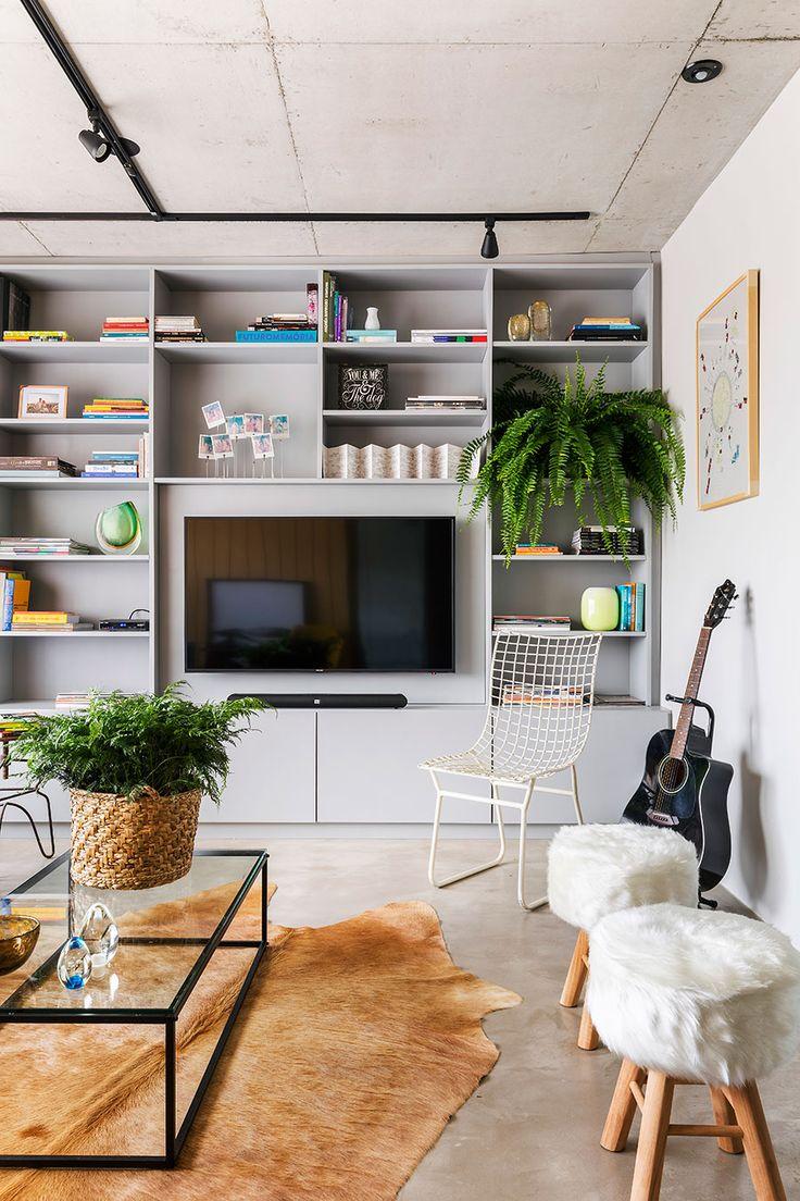 Decoração de apartamento, decoração de apartamento pequeno, decoração descolada, plantas, plantas na decoração, estante, cesto, tapete de pele.