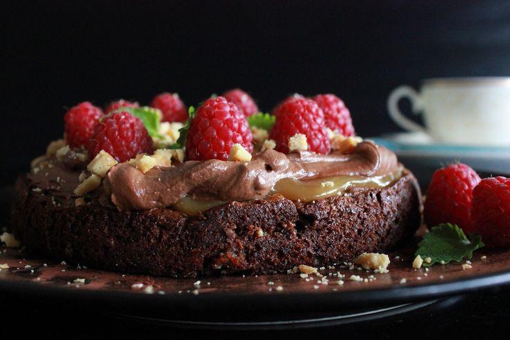 Dag 3 av Kakekrigen var oppgaven å imponere med sjokolade. Jeg bestemte meg for å kombinere noe av det jeg kan å lage med sjokolade i en kake.Kaken ble først bakt og testet på noen i familien, og den falt godt i smak, dermed var jeg fast bestemt på at ...