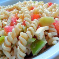 Fotografie receptu: Těstovinový salát se zeleninou a sýrem