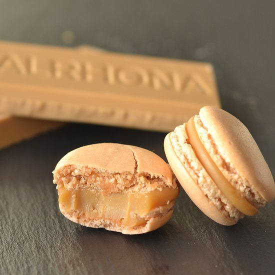 Macarons with a dulcey blond-chocolate ganache. The taste is like shortbread and caramelized white chocolate.
