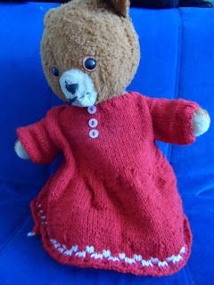 Een mooie jurk voor een beer. Een gratis patroon is te vinden op: http://hethandwerkpaleis.blogspot.nl/2013/03/nettie-rode-jurk-en-bijpassend-schort.html