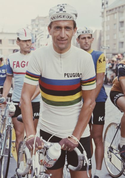 Tom Simpson wearing the rainbow jersey before the 1st stage of the Tour de France 1966 / Getty Images
