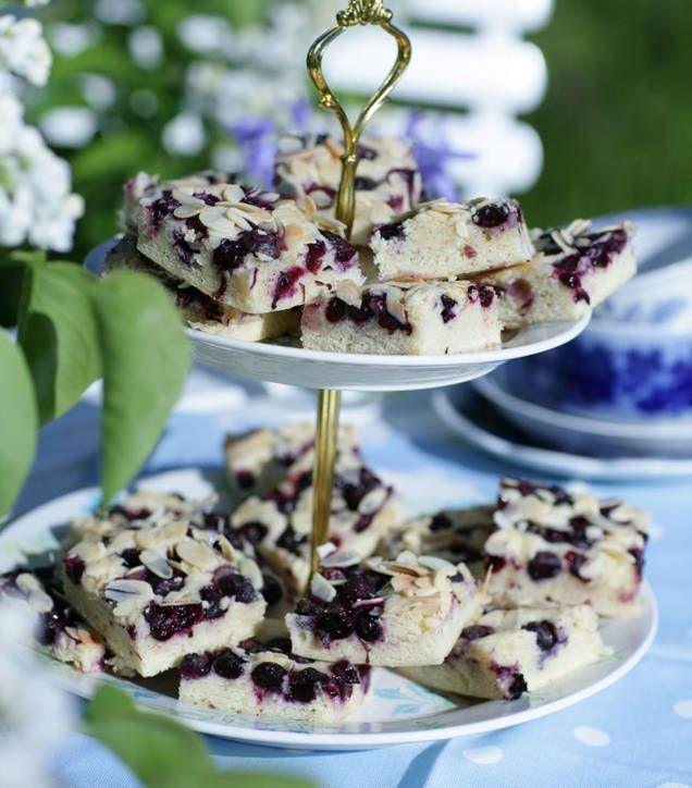 Gör egna blåbärsrutor, goda som de är eller med lite grädde eller glass. Testa vårt lättlagade recept på blåbärskaka - se här!