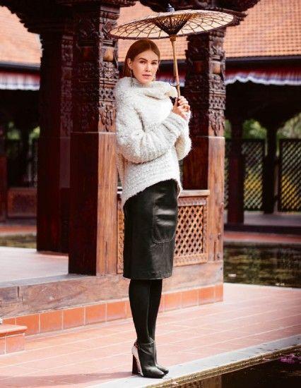 Kožená sukně je výjimečná nejen použitým materiálem, ale i díky zajímavým vsadkám na předním i zadním dílu.