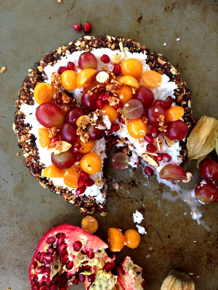 This Fruity Breakfast Pizza (paleo, vegan, raw) pairs a granola crust with coconut and fruit for a simple, sweet, endlessly customizable breakfast treat. Recipe on GrokGrub.com