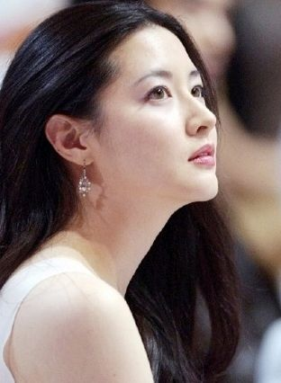 Lee Young Ae - She's so classically beautiful.