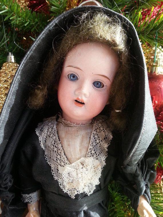 Bambola antica. Bambola con vestiti originali. di bamboleantiche
